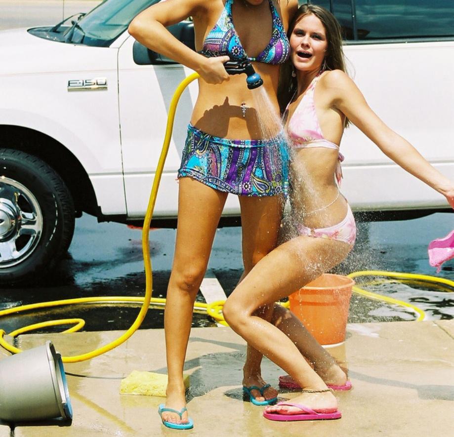 Сексуальные девушки моют машины 22 фотография